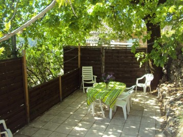 Terrasse, au dessus du gite et non attenante, ombragée et plus spacieuse avec barbecue et salon de jardin